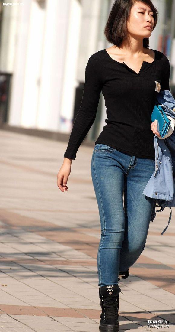 街拍紧身牛仔裤美女身材真好