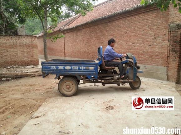 破旧的农用三轮车换上了新马达倒车出门,前去麦地准备运麦子. 将车图片