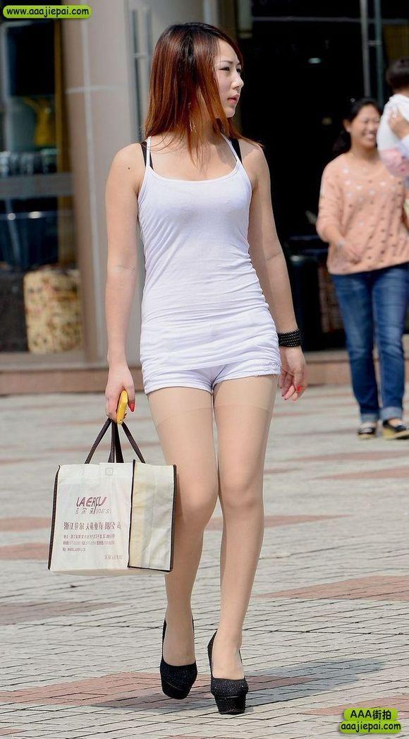街拍时尚的短裙和短裤两美女