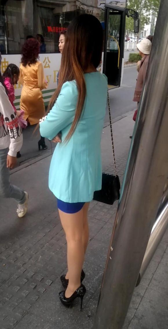 第165发 等车的宝蓝短裙肉丝美腿性感高跟的长发美女