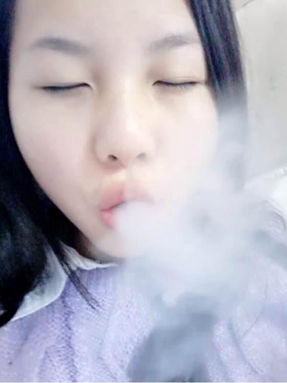 你们对女孩抽烟什么感想~要不要爆照