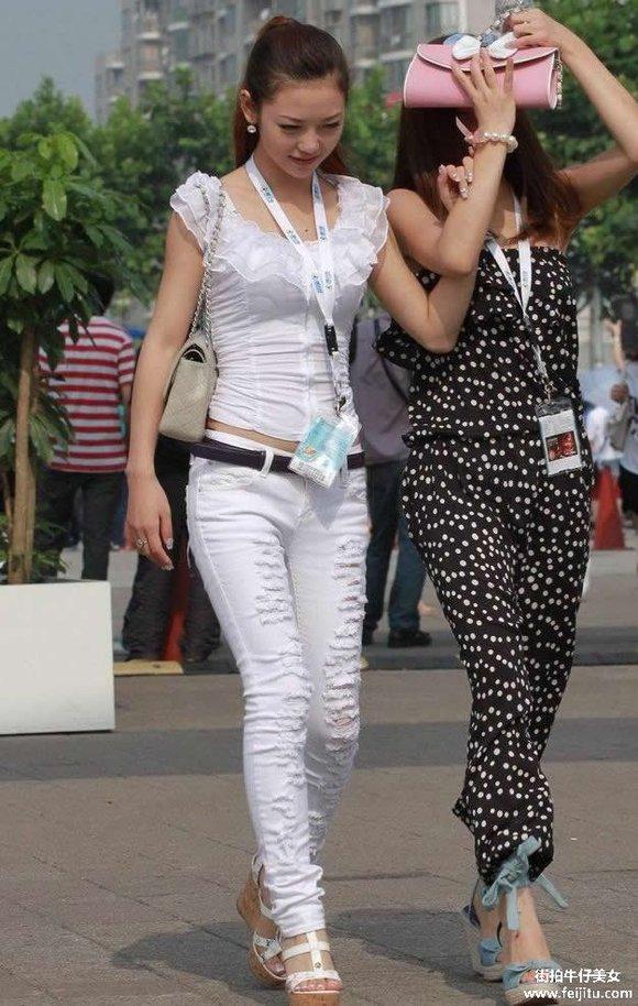 白裤美女图片