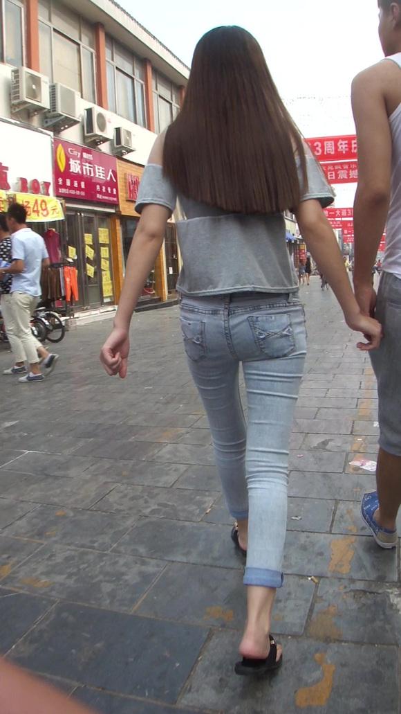 街拍性感丰满紧身牛仔美女的丰满的身材 竖