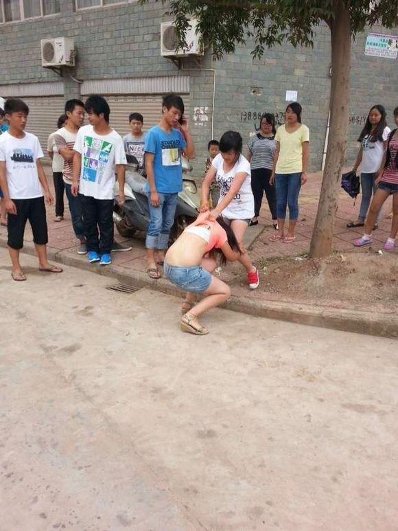 传说有学校女生打架把衣服都脱了