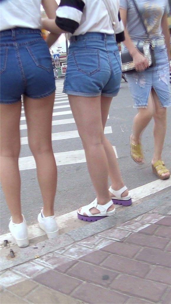 尾随跟拍两位性感丰满翘臀热裤美女mm 竖