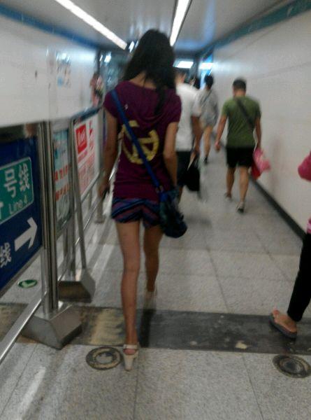 地铁站碰到一高个美女