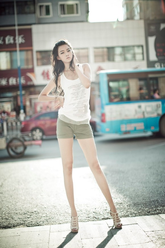 长腿美女模特街拍秀身材