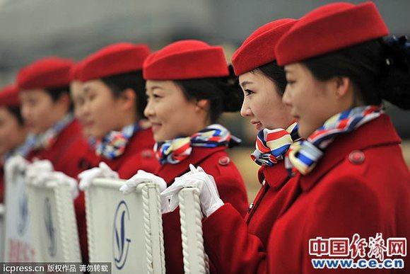 两会:美女礼仪中国红抢眼组图