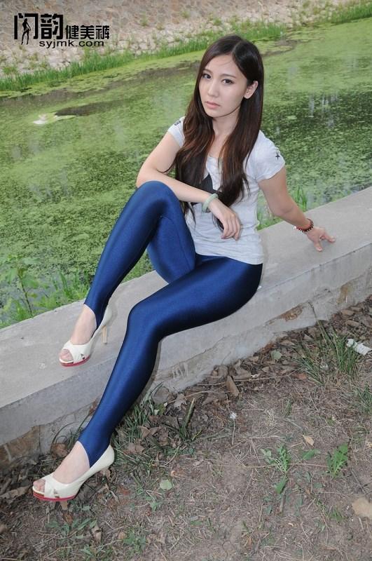 闪韵美女模特藏蓝色踩脚健美裤户外秀
