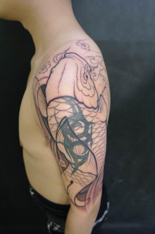 大臂鲤鱼覆盖图腾 (498x750)-山东纹身 大臂修改纹身