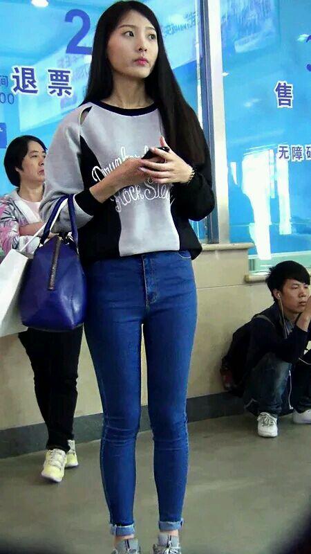 火车站偷拍牛仔裤美女