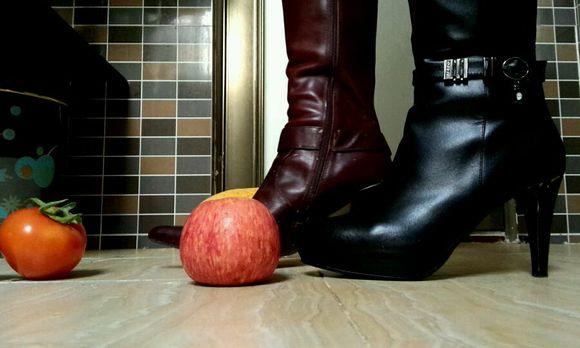 新鲜的水果被姐姐我的高跟鞋踩得四分五