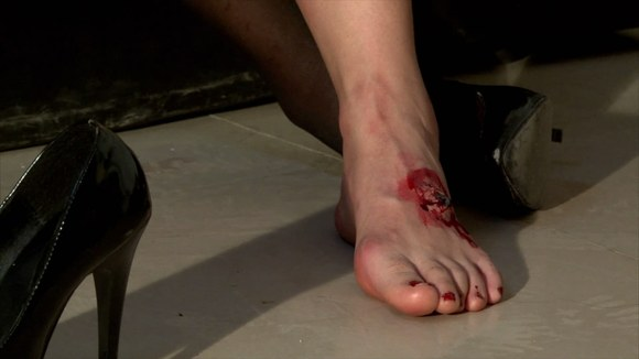 谁有女孩脚受伤后痛苦的捂着脚的图片