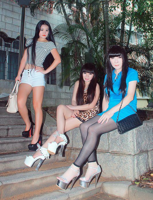 我和俩美女一起脚蹬18厘米超高跟去逛街续 竖
