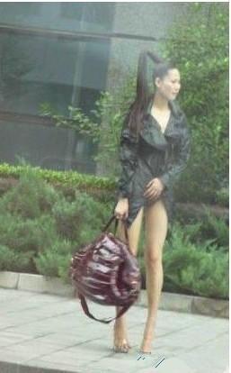 这位美女出门忘穿裤子了