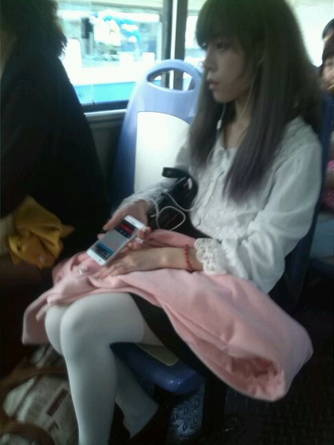 公交车偷拍美女一枚 目测平胸