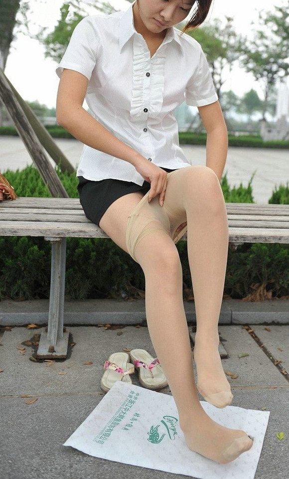 公园里美女穿丝袜呐