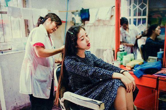 【好图】美女在老理发店洗头