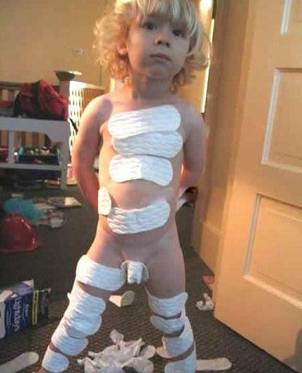 小男孩和小女孩小孩卫生巾小女孩夹卫生巾卖卫生巾的
