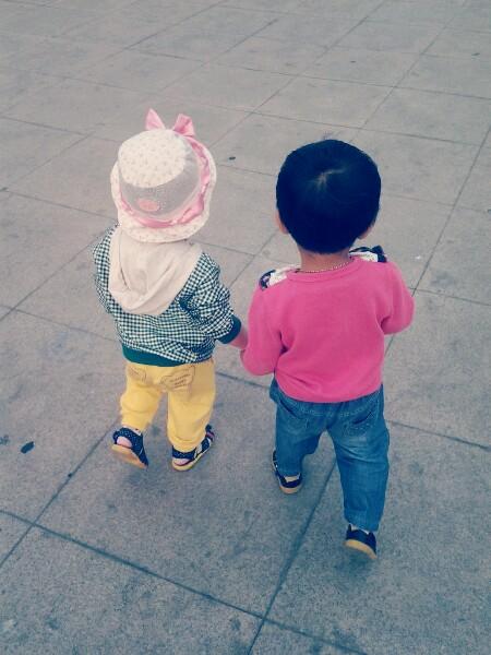 我儿子在广场调戏小美女