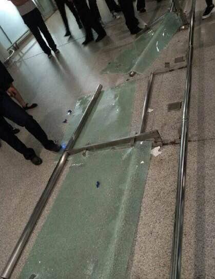 【大妈们真可怕】TFBOYS粉丝挤碎机场玻璃造成人员受伤【本质华语