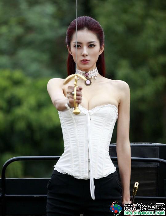 中国第一黄金比例美女艾尚真曝骑马照高清图片