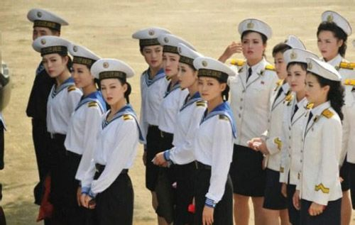 的亲密关系.跟普通女兵相比,文工团里的女兵却是一个地上一高清图片