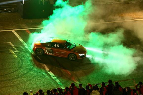 科幻感的舞者,还有汽车的轰鸣声,气氛沸腾了. 车舞表演结束,高清图片