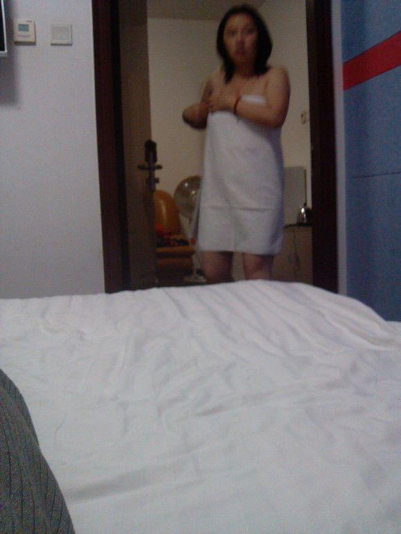 一个男人跟女人的开房的图片