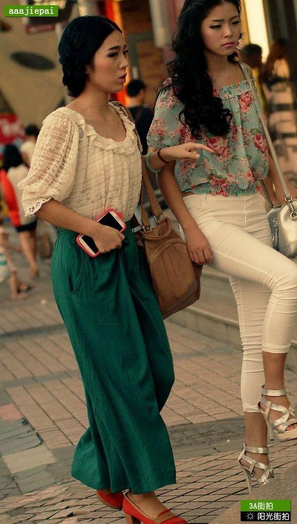 黄昏街头复古装扮白色紧身裤美女
