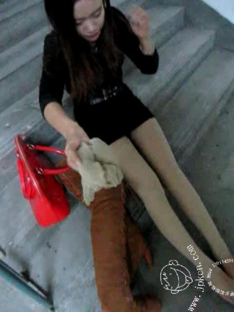 帝回收长靴美女的肉色丝袜 竖