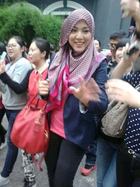 马来西亚美女希拉到我们学校耶! 竖