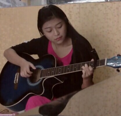 漂亮女生吉他弹唱《滴答》求关注