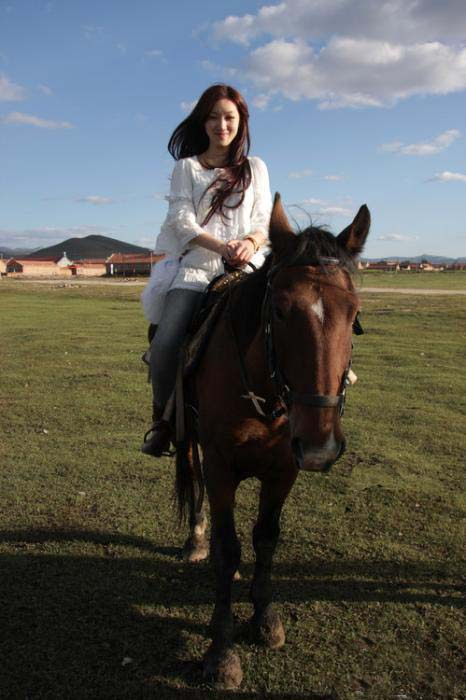 长腿美女跑去青藏高原骑马!