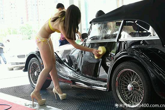 北京一洗车店 穿比基尼洗车