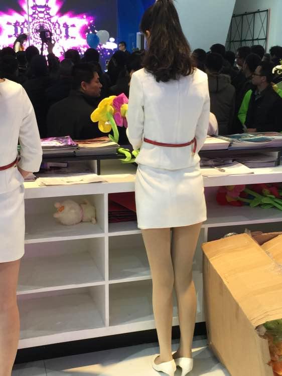 白裙肉丝白高跟美腿