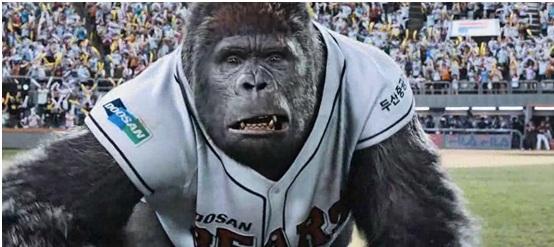 猩猩打棒球图片