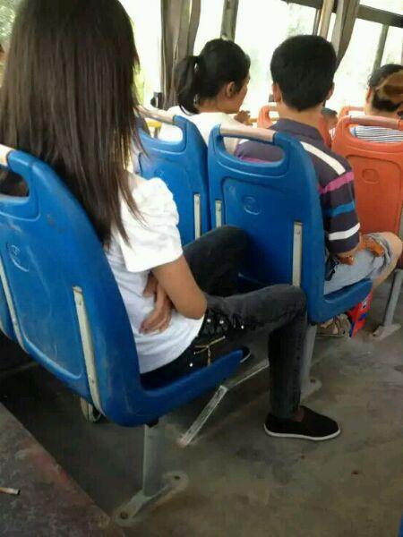 现在的女孩穿布鞋上街