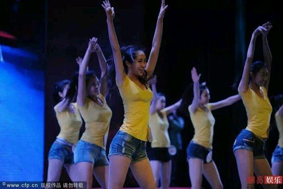 高三女生穿比基尼备战艺考