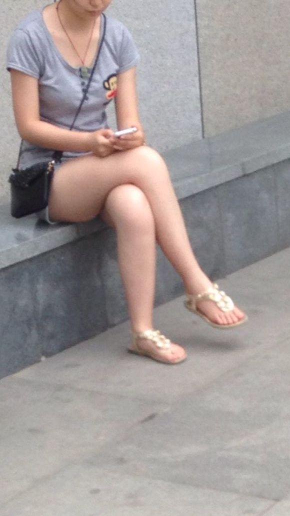 玩手机的小姑娘!大腿真白!图片