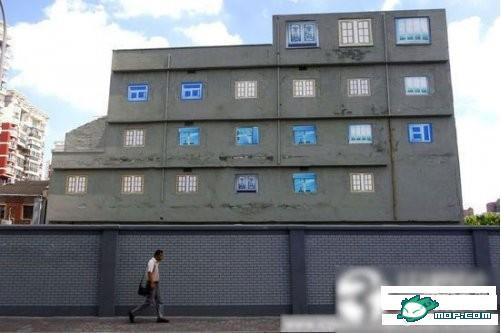 瓷砖已全部剥落,裸露出水泥外墙.大楼的所有窗户均是画出来高清图片
