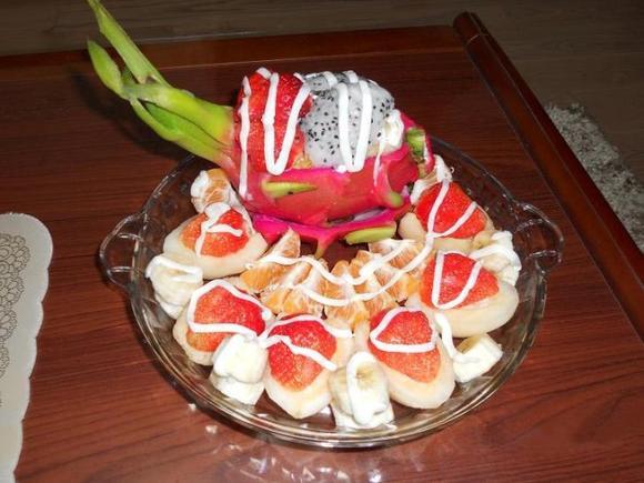 就想吃水果,最近挺喜欢吃火龙果,就做了这个以火龙果的水果拼盘,别说图片