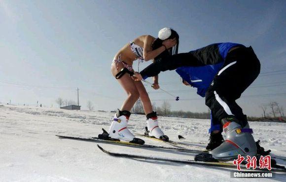 青藏高原上演比基尼滑雪秀