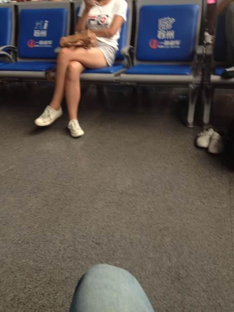 等车的小姑娘腿真漂亮图片