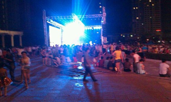 快来西广场看美女跳舞了