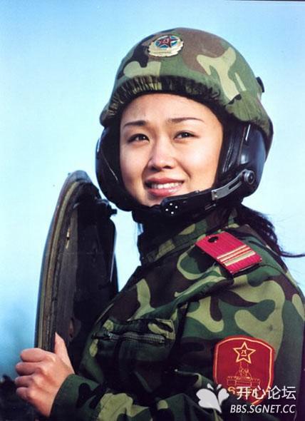 的实战要求.头带新式tmt98式型/系列坦克头盔的我军女兵 高清图片