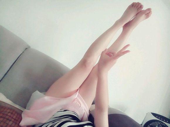 我只是发一张和小姑娘的合照腿图片