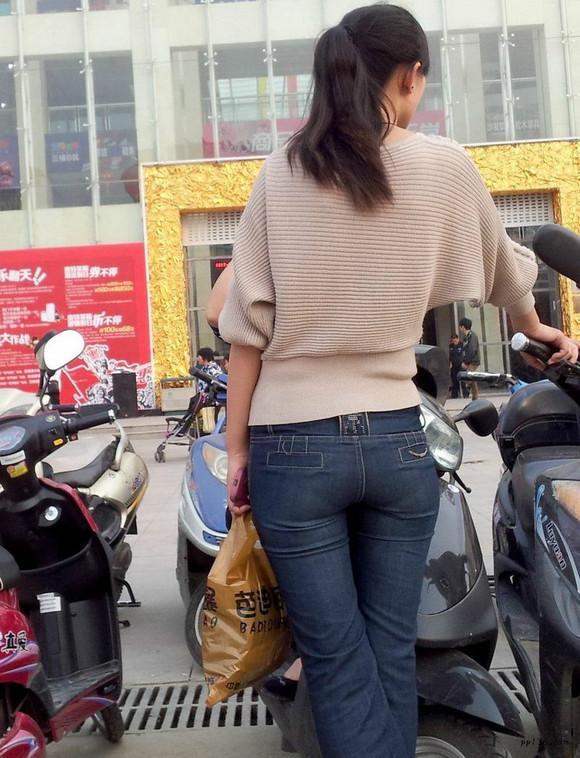 商贸城门口的牛仔裤美女