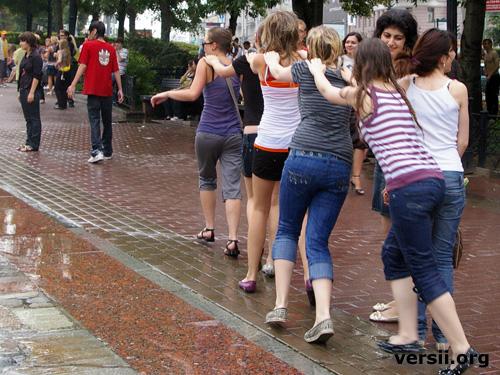 【mp图集】莫斯科街拍 玩水的美女