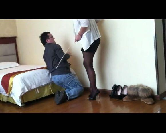 美女惩罚小偷的游戏 高跟靴吧